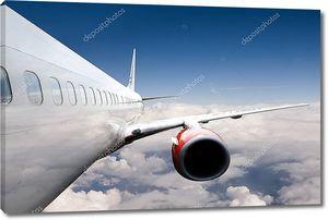 Авиалайнер высоко над облаками