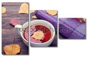 Чай, Осенние листья и одеяло на деревянный стол