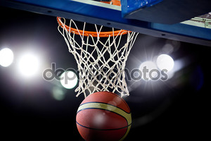 Баскетбол, пройдя через обруч на спортивной арене
