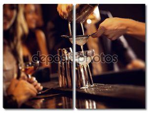 Бармен коктейль напитками
