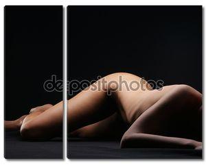 Молодая красивая голая женщина на тёмном фоне