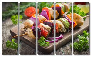 на гриле куриные и овощные кебабы