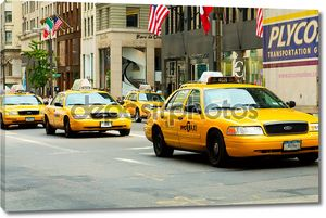 Знаменитый желтые такси Нью-Йорка в движении