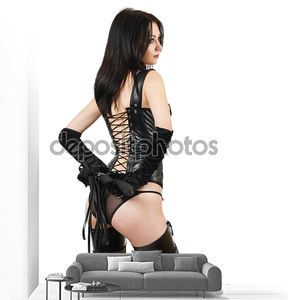 Сексуальная женщина фетиша в черном дамском белье