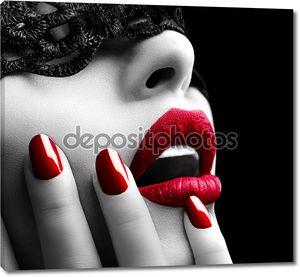 Красивая женщина с черной кружевной маской на глазах