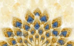 Бежевый мраморный фон, абстрактный хвост павлина