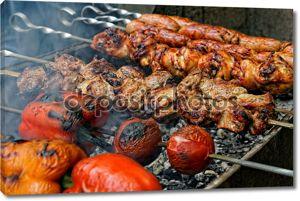 колбаски гриль, мясо и овощи на гриле