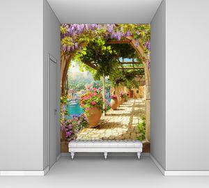 Цветущие лианы над мощеной дорожкой