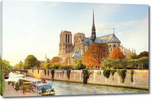 Красивая архитектура у реки