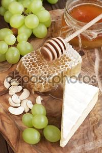 сыр с медом и виноградом