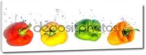 Четыре цветных паприк, падающих в воду