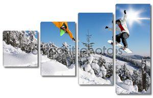 Сноубордистов, прыжки против голубого неба