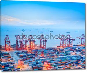 Шанхайский контейнерный терминал в сумерках