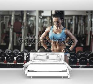 Сексуальная Молодая девушка отдыхает после упражнения гантели. женщина фитнес в синий спортивный носить с телом идеальный фитнес в тренажерном зале