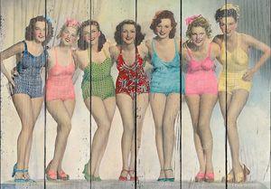 Девушки позируют в купальниках