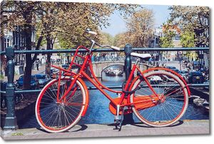 Красный велосипед перед каналов Амстердама, Нидерланды