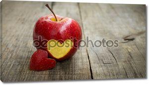 Apple с гравировкой сердца