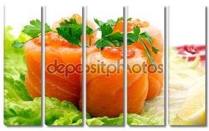 Ролл с лососем и красной икрой