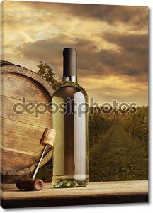 бутылка вина на фоне виноградник