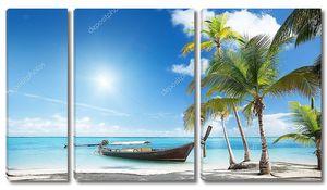 Деревянные лодки на пляже