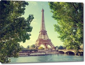 Эйфелева башня в летний день