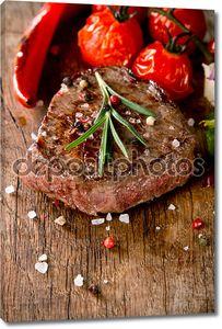 Вкусные говяжий стейк на дереве