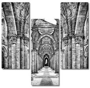 Исторические руины заброшенного аббатства в черно-белом
