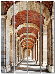 Переход с арками и колоннами в Королевский дворец Мадри