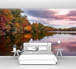 Осенняя листва отражается в озере