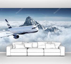 Самолет в небе над горами