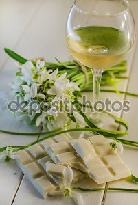 Белый шоколад и бокал вина
