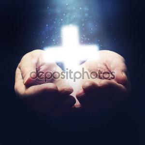 открыть руки, держа христианство крест