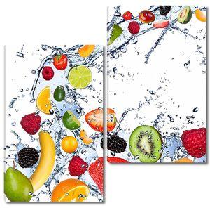 Разнообразные ягоды и фрукты в воде