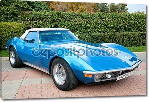 Классический старый автомобиль синий