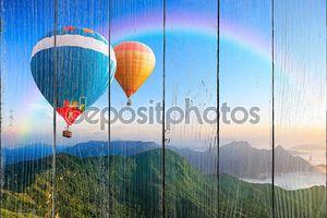 Красочные воздушные шары летать над горой