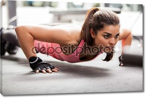 девушка помещается в тренажерном зале