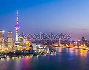 Аэрофотоснимок реки Хуанпу в ночи