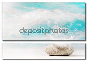 Белое перо на камне: фон для сочувствия или спа-con