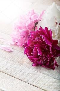 открытка с изящными цветами пиона