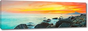 Закат над  берегом с камнями