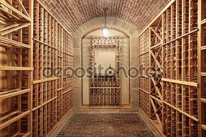 Деревянный винный погреб с кирпичный потолок