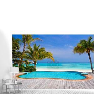 Бассейн на тропическом пляже