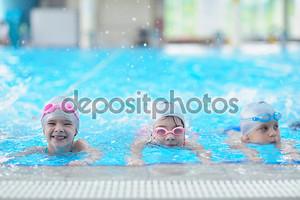 счастливые дети в бассейне