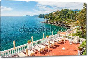Терраса с шезлонгами с видом на море