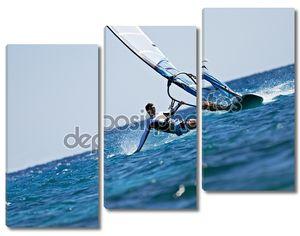 Молодой человек, серфинга Ветер в брызгах воды