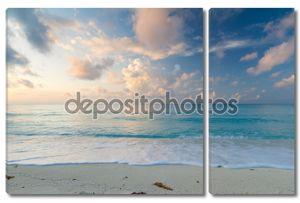 Идиллический пляж на рассвете