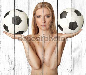 Красивая голая женщина с футбольные мячем