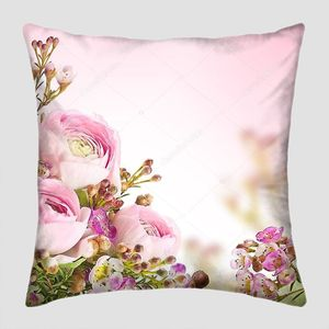 Нежный букет из розовых роз и маленький цветок.