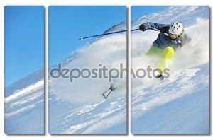 Катание на свежего снега в зимний сезон в прекрасный солнечный день