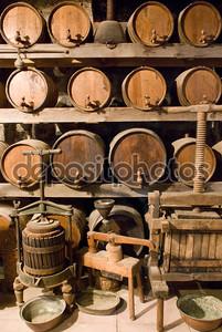 Бочки с вином укладываются в старый погреб